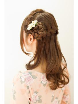 編み込んだ髪でお花を作ったラブリーハーフアップ